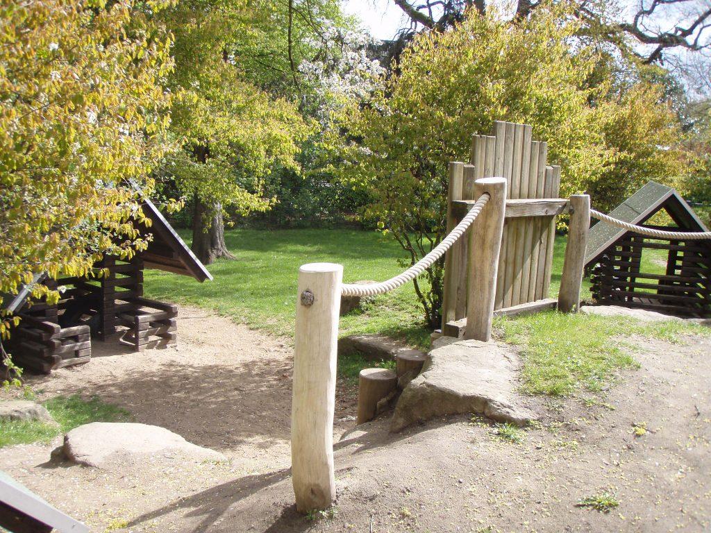 Palisaden aus Holz auf einem Spielplatz