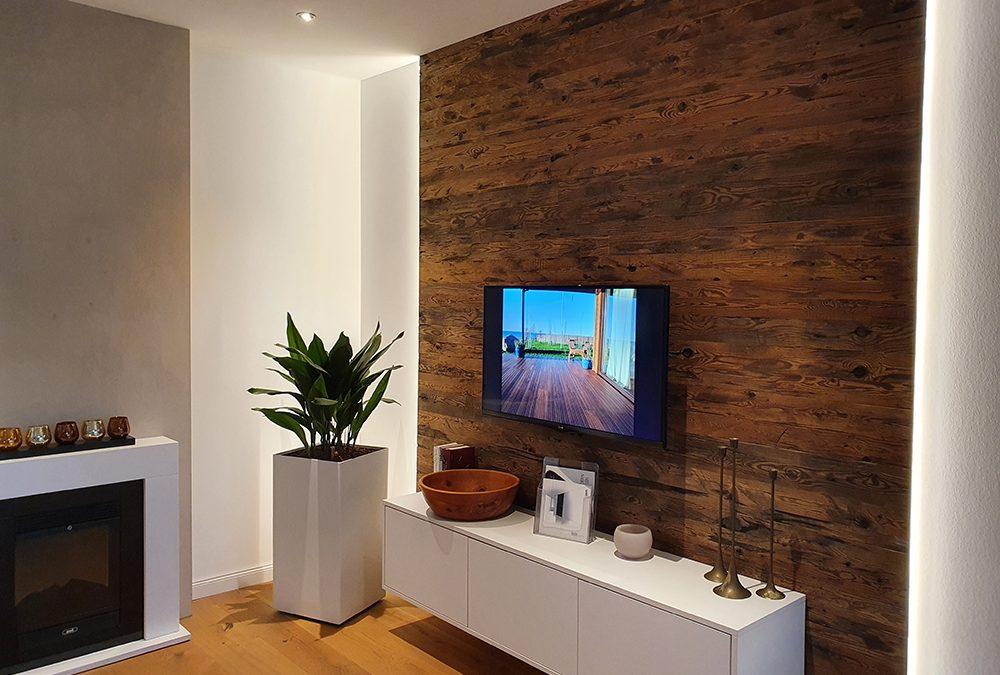 Holzverkleidung an Wand und Decke